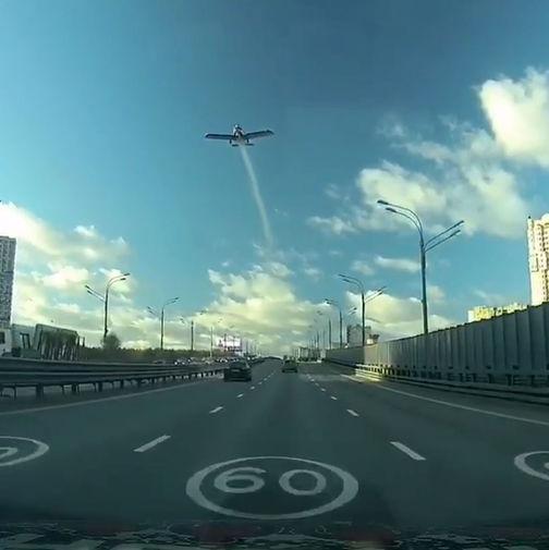 Самолет проходит над трассой за несколько секунд до трагедии