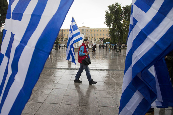 Жители Афин пришли к зданию парламента с флагами