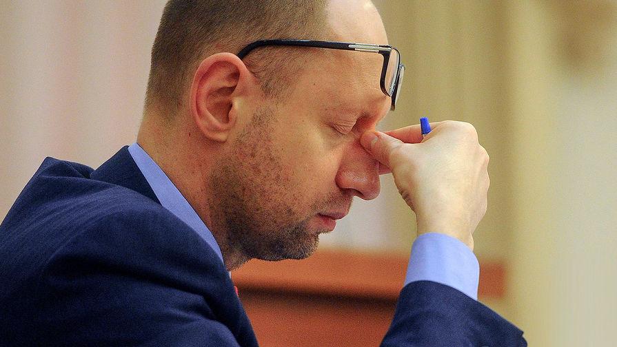 «Он был обессилен»: Яценюка в маске привезли в клинику