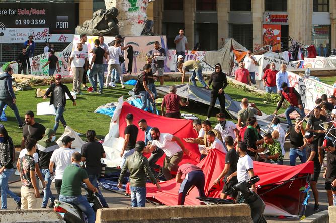 Сторонники шиитских движений «Амаль» и «Хезболла» во время разгрома лагеря участников акций против правительства Ливана в Бейруте, 29 октября 2019 года