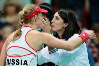 Капитан российской команды Анастасия Мыскина (справа) поздравляет Екатерину Макарову с победой в матче против Ли Ясюань в матче Кубка Федерации по теннису между командами России и Китайского Тайбэя