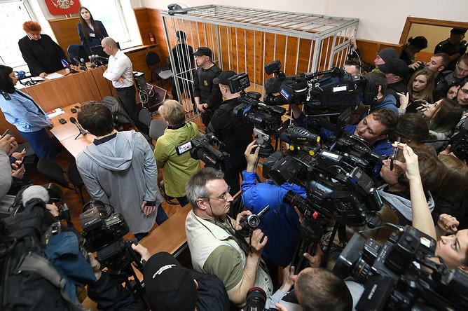 Руслан Соколовский, обвиняемый в оскорблении чувств верующих и экстремизме после публикации в интернете видеоролика о ловле покемонов в Храме-на-Крови, с матерью Еленой Чингиной (в центре) во время вынесения приговора в Верх-Исетском районном суде