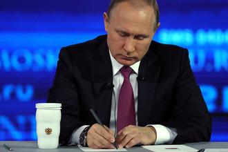 Владимир Путин во время ежегодной специальной программы «Прямая линия с Владимиром Путиным»