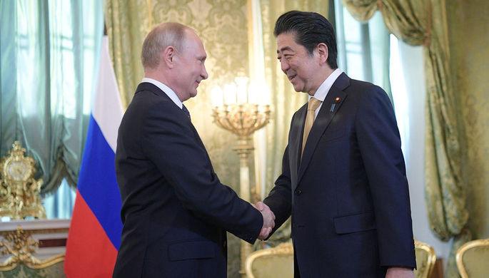 Президент РФ Владимир Путин и премьер-министр Японии Синдзо Абэ во время встречи, 26 мая 2018 года