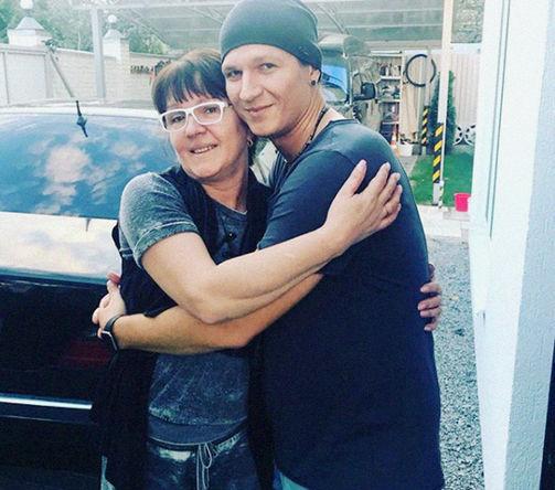Фотография с личной страницы Сергея Бондаренко с мамой