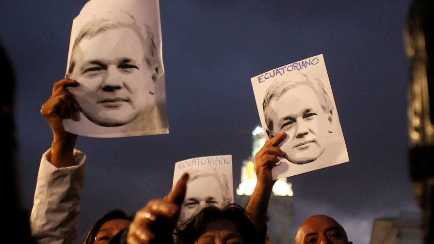 Акция в поддержку основателя WikiLeaks Джулиана Ассанжа около дворца президента Эквадора в Кито, октябрь 2018 года