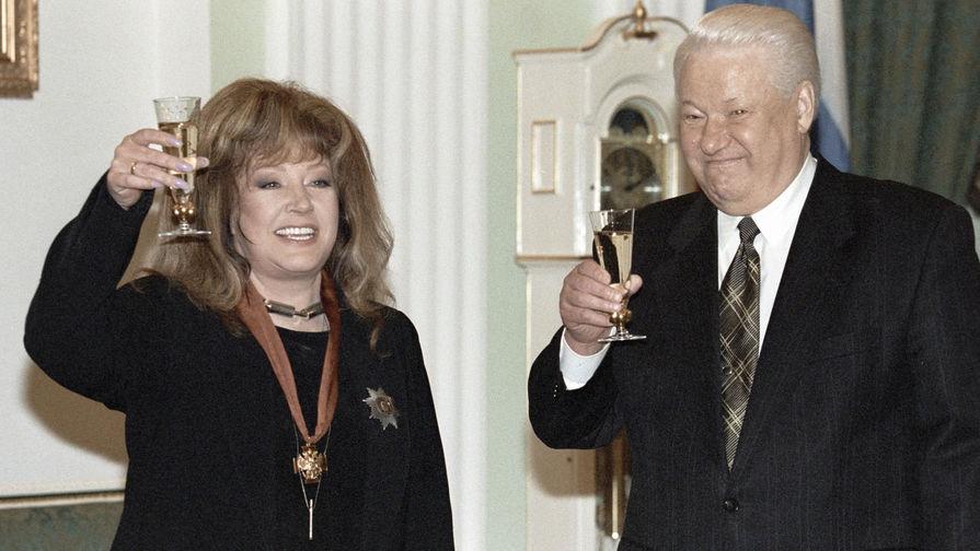 Президент России Борис Ельцин и певица Алла Пугачева после вручения ей ордена «За заслуги перед Отечеством» II степени, 1999 год