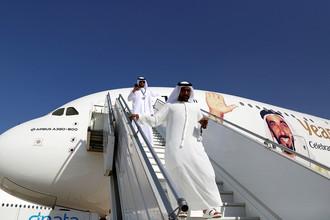 Посетители около самолета Airbus A380 с изображением бывшего президента ОАЭ на авиашоу в Дубае, ноябрь 2017 года