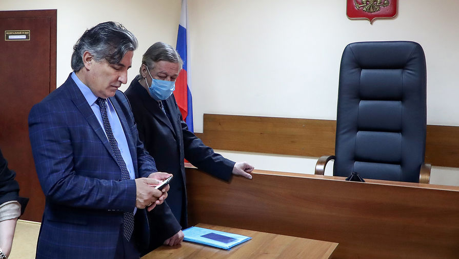 Михаил Ефремов и его адвокат Эльман Пашаев в Пресненском суде Москвы в день оглашения приговора по делу о смертельном ДТП, 8 сентября 2020 года