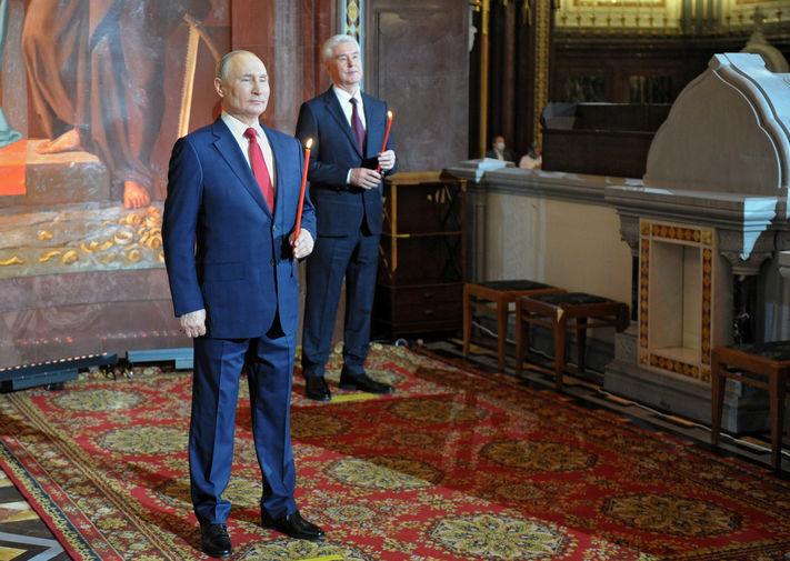 Президент России Владимир Путин и мэр Москвы Сергей Собянин во время пасхальной службы в храме Христа Спасителя, 2 мая 2021 года