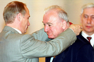 Владимир Путин и Никита Симонян, удостоенный ордена «За заслуги перед Отечеством», 2000 год