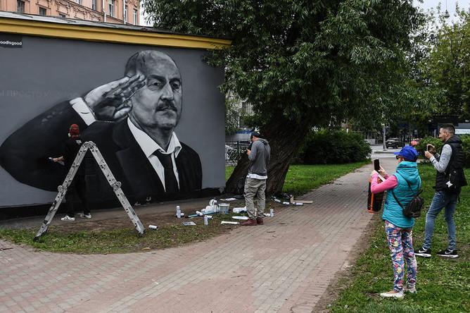 Новое граффити с изображением главного тренера сборной России по футболу Станислава Черчесова в Санкт-Петербурге, 10 июля 2018 года