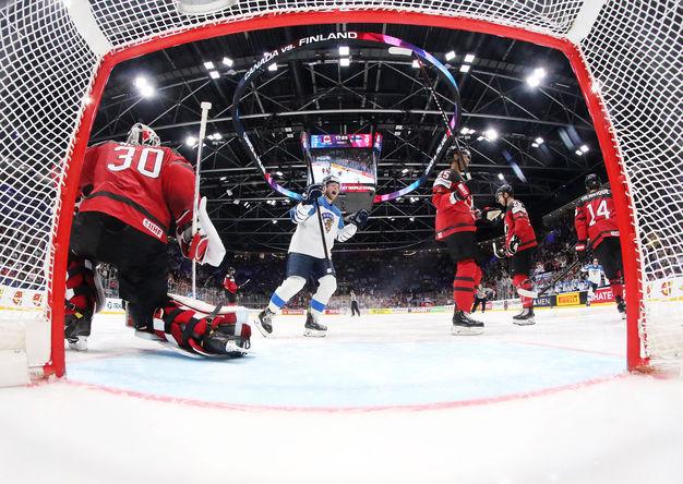 Вратарь сборной Канады Мэтт Мюррей пропускает гол в финальном матче чемпионата мира по хоккею между сборными командами Канады и Финляндии, 26 мая 2019 года