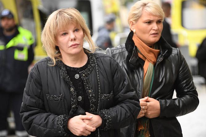 Дочь Марка Захарова, актриса Александра Захарова (слева) возле здания театра «Ленком» в Москве, где проходит церемония прощания с режиссером Марком Захаровым, 1 октября 2019 года