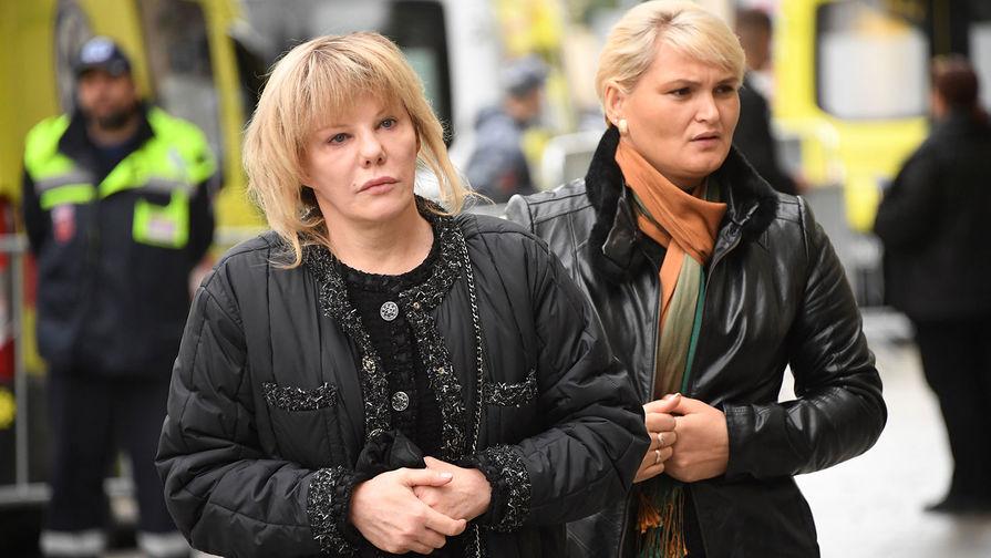 Дочь Марка Захарова, актриса Александра Захарова (слева) возле здания театра «Ленком» вМоскве, где проходит церемония прощания срежиссером Марком Захаровым, 1 октября 2019 года