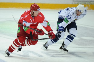Нападающий «Спартака» Штефан Ружичка обыгрывает игрока «Амура» Мику Пюеряля
