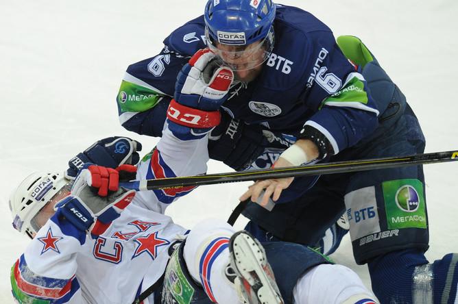 Сергей Соин (№6) уложил на лед Тони Мортенссона