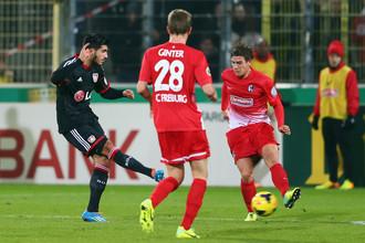 Хавбек «Байера» Эмре Джан (слева) забивает решающий мяч в ворота «Фрайбурга»