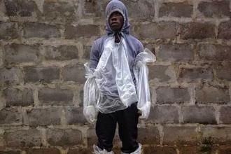 Этот человек в самодельном защитном костюме пришел в одну из клиник Либерии к его больной Эболой матери