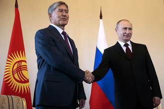 Президент Киргизии Алмазбек Атамбаев и президент России Владимир Путин (слева направо) во время встречи