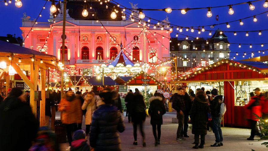 Рождественская ярмарка перед зданием оперного театра в Цюрихе, Швейцария, 28 ноября 2017 года
