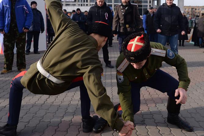 Казачьи забавы во время фестиваля «Моя Россия» в День народного единства на Театральной площади Красноярска