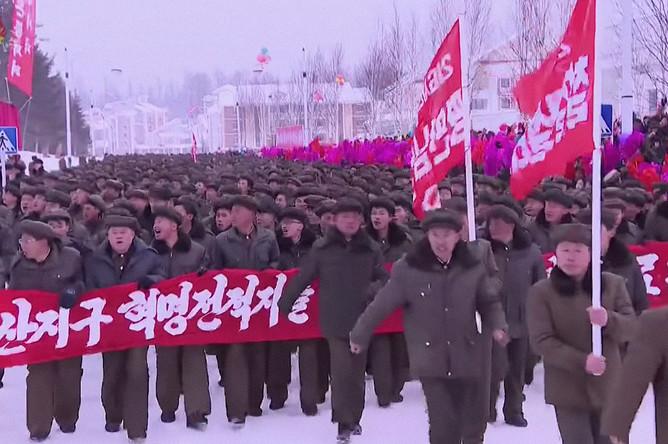 Кадр из репортажа северокорейского телевидения о завершении строительства города уезда Самджиён, 2 декабря 2019 года