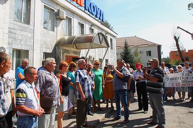 Сотрудники угледобывающего предприятия «Кингкоул» во время забастовки с требованием выплатить задолженность по зарплате