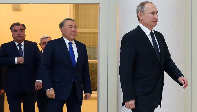 Президент Таджикистана Эмомали Рахмон, президент Казахстана Нурсултан Назарбаев и президент России Владимир Путин перед началом сессии Совета коллективной безопасности ОДКБ в Санкт-Петербурге, 26 декабря 2016 года