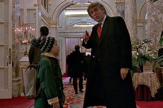 Дональд Трамп и Маколей Калкин во второй части фильма «Один дома»