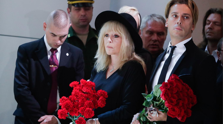 Певица Алла Пугачева и телеведущий Андрей Галкин на церемонии прощания с Иосифом Кобзоном в Москве, 2 сентября 2018 года