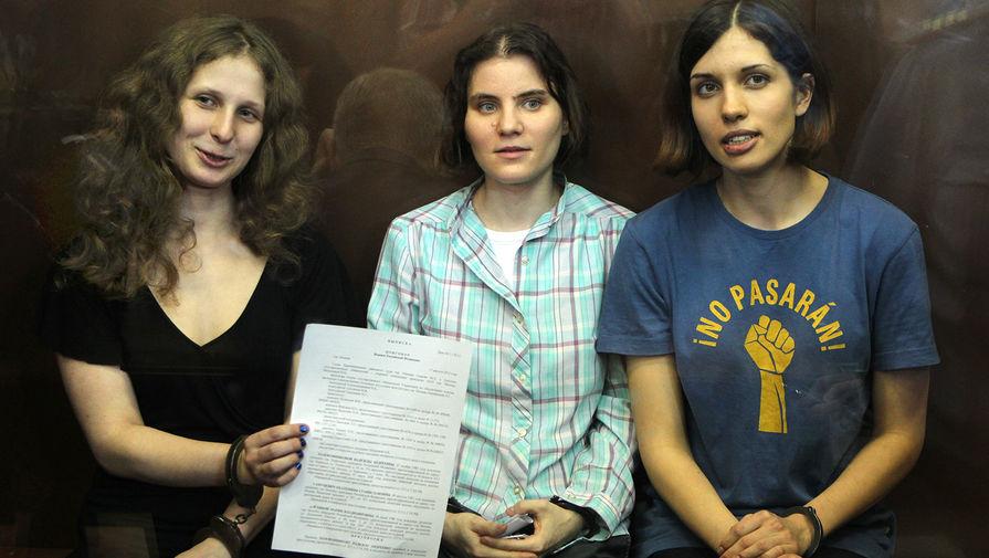 Участницы группы Pussy Riot Екатерина Самуцевич, Мария Алехина и Надежда Толоконникова во время заседания Мосгорсуда, август 2012 года