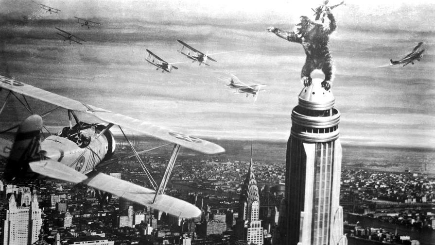 Эмпайр-стейт-билдинг фигурирует более чем в 90 кинофильмах. Наиболее заметная роль отведена ему в картине 1933 года «Кинг-Конг» и ленте Лео Маккэри «Любовный роман» (1939). На фото: истребители атакуют Кинг-Конга на Эмпайр-стейт-билдинг в сцене из фильма «Кинг-Конг» (1933)