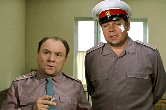 <b>«Бриллиантовая рука»</b>. Полковник (Николай Трофимов) — один из немногих в советском кино комедийных образов милиционера. Его диалог с подчиненным (Станислав Чекан) стал одной из самых популярных цитат фильма («А вот это попробуйте»)