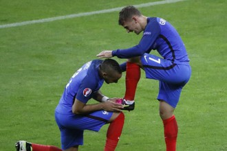Антуан Гризманн (справа) и Димитри Пайет углядели в Килиане Мбаппе угрозу своим позициям в сборной Франции