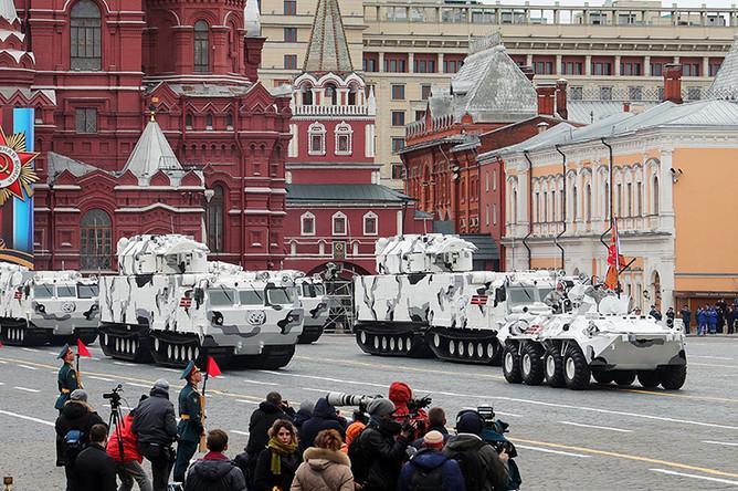 Бронетранспортер БТР-82А, зенитно-ракетные комплексы «Тор М2» на базе вездехода ДТ-30 и зенитные ракетно-пушечные комплексы «Панцирь-СА» во время военного парада в Москве