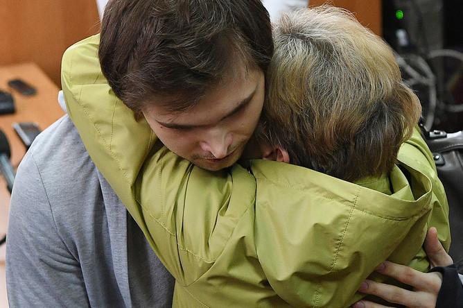 Руслан Соколовский, приговоренный к 3,5 года условно за оскорбление чувств верующих и экстремизм после публикации в интернете видеоролика о ловле покемонов в Храме-на-Крови, с матерью Еленой Чингиной после вынесения приговора в Верх-Исетском районном суде