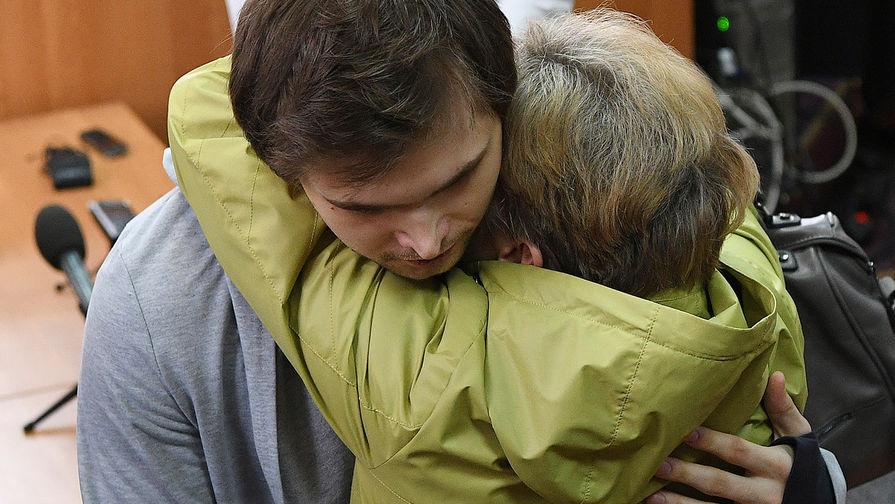 Руслан Соколовский, приговоренный к3,5 года условно заоскорбление чувств верующих и экстремизм после публикации винтернете видеоролика оловле покемонов вХраме-на-Крови, сматерью Еленой Чингиной после вынесения приговора вВерх-Исетском районном суде