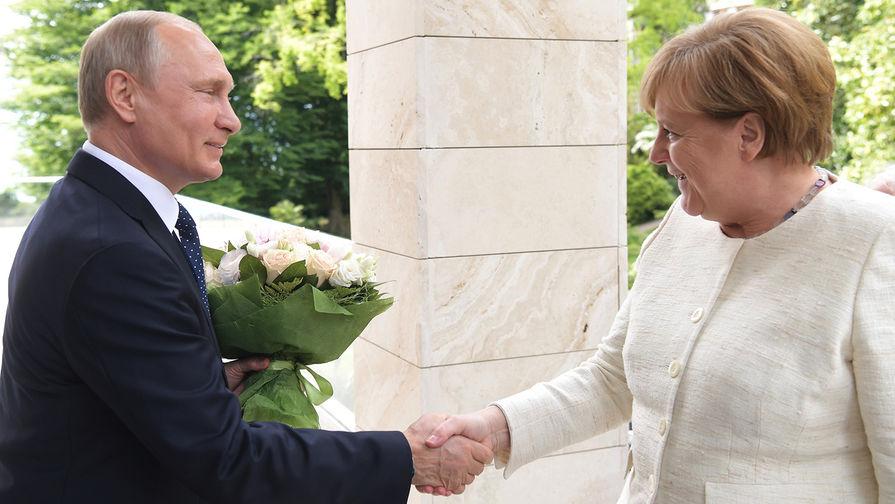 """""""Это наши традиции"""": Песков объяснил, почему Путин подарил Меркель цветы"""