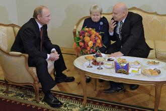 Президент России Владимир Путин, композитор Александра Пахмутова и поэт Николай Добронравов во время встречи в Кремле, 2014 год
