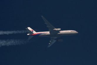 Самолет Boeing 777-200ER авиакомпании Malaysian Airlines с бортовым номером 9M-MRO в небе над Польшей, февраль 2014 года
