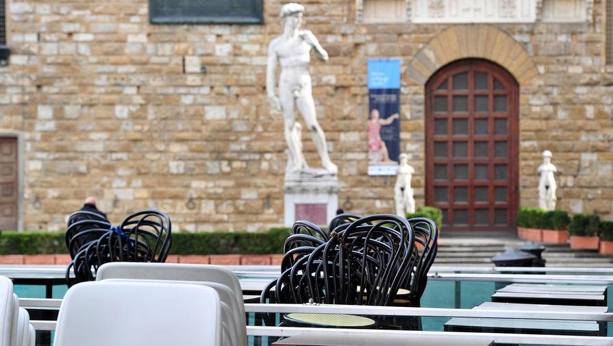 Пустые столики у одного из ресторанов во Флоренции, 10 марта 2020 года