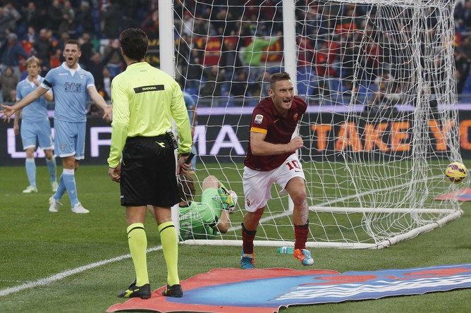 Забив гол в ворота принципиального соперника, Тотти бежит делать селфи