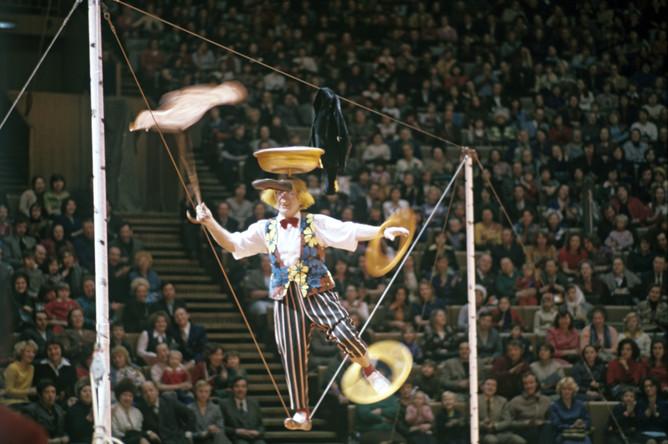 Самым первым цирковым номером Олега Попова была эксцентрика на свободной проволоке