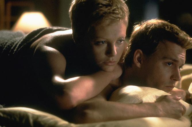 Шарлиз Терон и Джонни Депп в картине «Жена астронавта» (1999)
