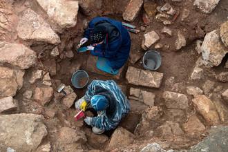 Археологи ведут раскопки на месте снесенного 14-го корпуса Кремля в Москве