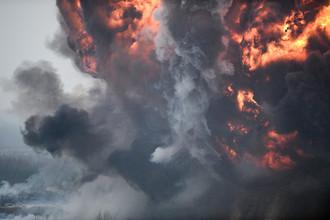 Показательный огневой удар из артиллерии на полигоне Луга в Ленинградской области в День ракетных войск и артиллерии