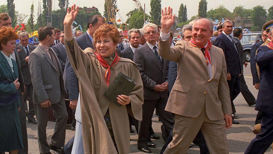 Михаил Горбачев с супругой во время прогулки по площади Победы в Бухаресте, Румыния, 1987 год