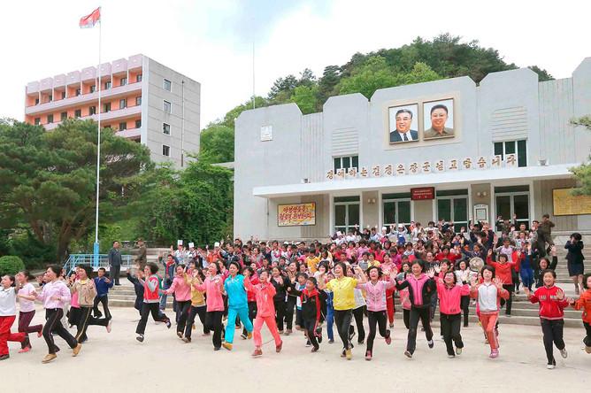 Бегущие дети во время визита Ким Чен Ына в детский лагерь Мёхянсан в провинции Пхёнан-Пукто, май 2013 года