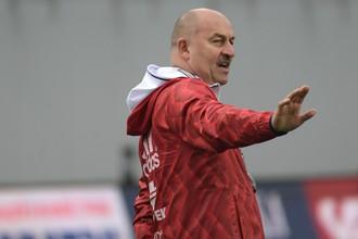 Станислав Черчесов во время тренировки сборной России в Австрии